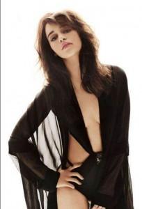 emilia-clarke-in-slim-fit-blazer-with-jeans-photo-u2